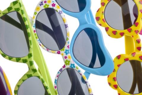 Proteggiamo gli occhi dei bambini dai raggi U.V. con occhiali da sole veri