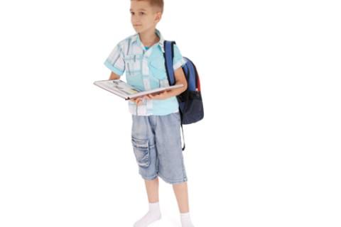 I bambini e il mal di schiena, la causa è la postura e non lo zainetto