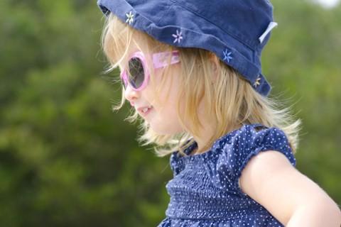 I tiepidi raggi di sole primaverile possono bruciare la pelle dei bambini
