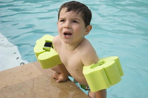 Le acque delle piscine e la battigia al mare possono nascondere germi
