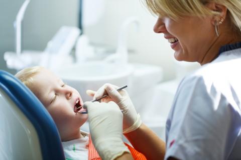 Pochi bimbi dal dentista il primo anno di età: rischio carie in aumento