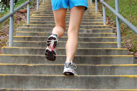 Salire le scale a piedi non costa nulla e regala tanti benefici alla salute