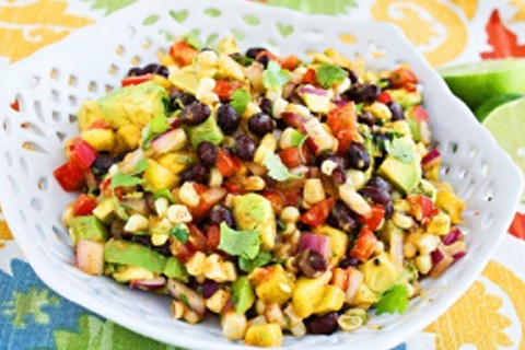 Insalata di mais, legumi e avocado