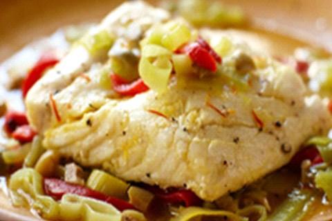 Halibut con porri, peperoni e olive