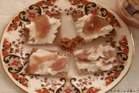 Tartine con yogurt e marmellata di castagne