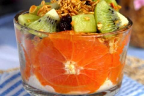 Arancia kiwi e fiocchi di avena e yogurt