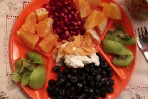 Arancio Kiwi mirtilli e melograno completo di yogurt