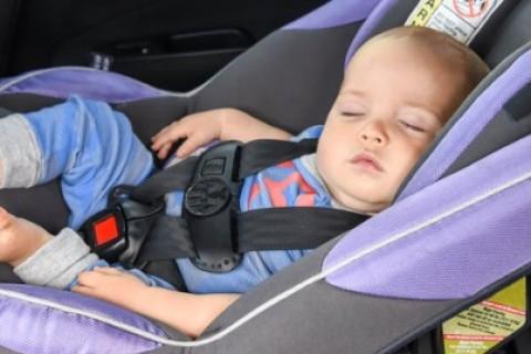 Strategie per non dimenticare un bambino assopito in auto