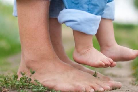 Camminare a piedi nudi: tutti i benefici
