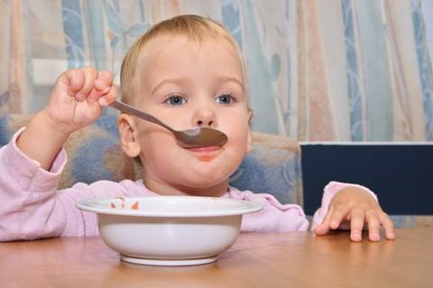 Svezzamento: dai 12 ai  36 mesi, il bambino acquisisce la sua autonomia