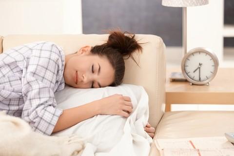 Dormire il giusto quantitativo di ore aiuta a mantenere il peso forma