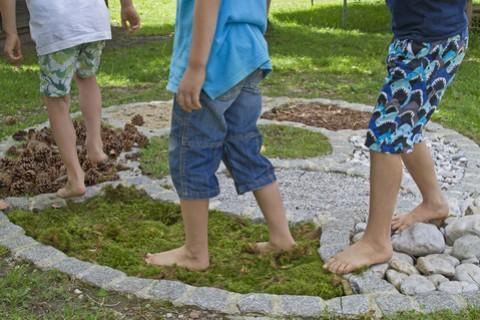 Risultati immagini per bambino cammina a piedi nudi