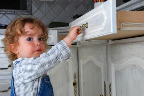 A che età e per quanto tempo si può lasciare un bambino solo in casa?