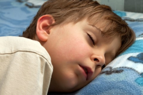 Cosa fare se il bambino russa nel sonno