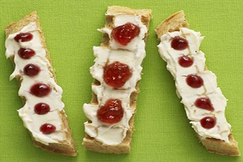 Cracker integrali con formaggio e gelatina di frutta