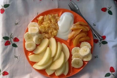 Insalata di mele banane e nespole con fiocchi di mais