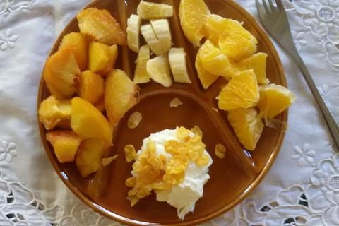 Pesche, arance e banane, con yogurt e fiocchi di mais
