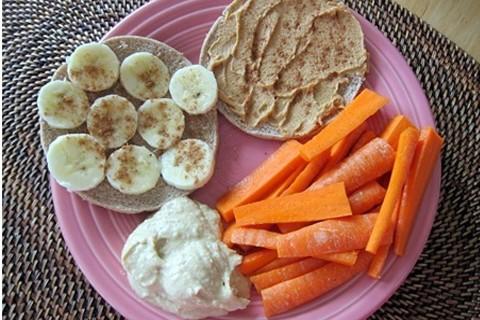 Carote, banane e toast all'humus di ceci