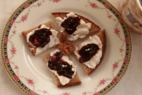 Tartine con yogurt e marmellata di visciole