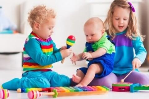 Bambini e giocattoli, a ogni età il gioco giusto