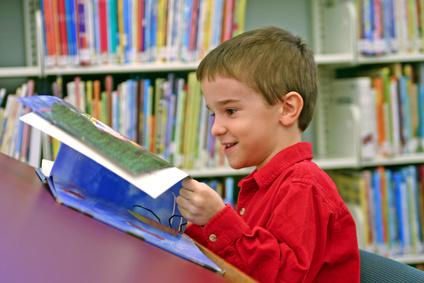 bambino legge ride contento libro libri bambina pasqua