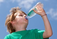 Acqua per idratare e non solo dissetare i bambini