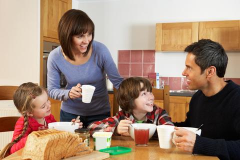 famiglia mangia a colazione