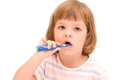 Niente dentifricio al  fluoro per i bambini fino ai dodici mesi di età