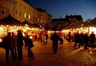 Piazze trasformate in mercatini colmi di luci, colori ed odori ci annunciano il Natale