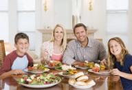 Adolescenti equilibrati se la cena viene consumata insieme alla famiglia