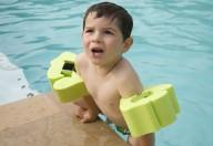 Molti bambini  hanno paura dell'acqua: perché e cosa fare per superarla