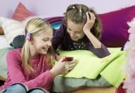 Niente cellulare a letto: 6 ragazzi su 10 soffrono di insonnia per questo