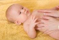 Massaggio del neonato, attenzione agli oli vegetali
