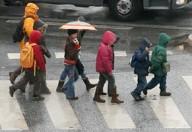 Insegnare ad attraversare la strada è uno dei tanti modi per proteggere i piccoli