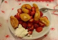 Insalata di fragole, nespole e yogurt