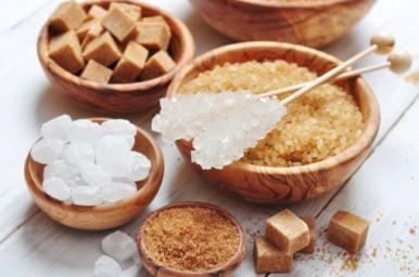 Zucchero, piccole quantità solo dopo i due anni