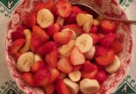 Insalata di fragole, banane e nespole