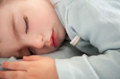 Il sonno dei bambini in estate non va in vacanza
