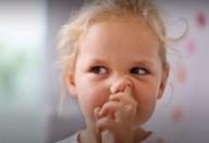 Non solo bambini anche gli adulti mettono le dita nel naso