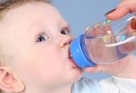 Neonati, niente acqua fino al sesto mese di vita
