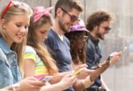 Adolescenti: smartphone e mal di schiena