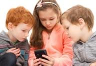 Cellulare e bambini, i genitori sono troppo permissivi
