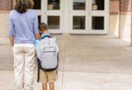 Come aiutare bambini e genitori a combattere l'ansia dei primi giorni
